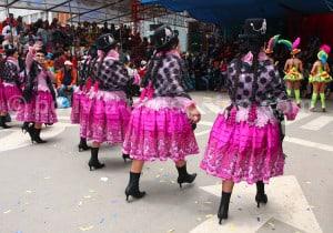 Tenues colorées de la danse Morenada