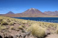 lagune devant un volcan