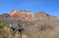 personnes au pied d'une montagne