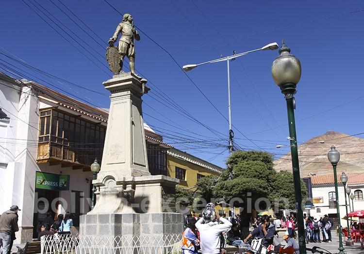 Statue de Alonso de Ibanez dans une rue de Potosi