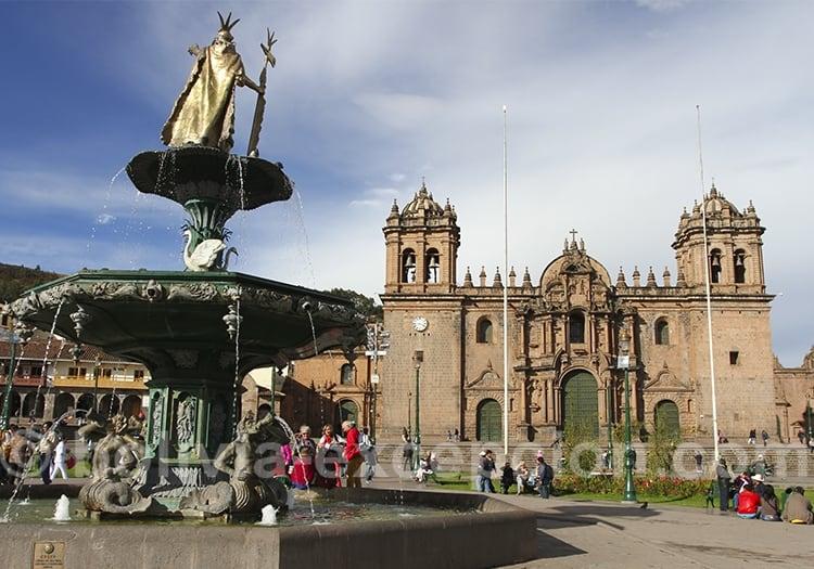 Fontaine avec statue en or et cathédrale