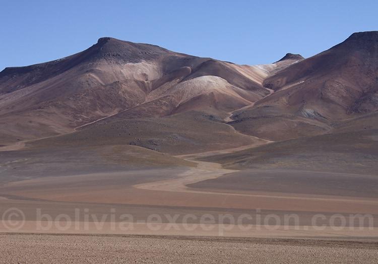 Montagne de pierres dans desert ciel bleu