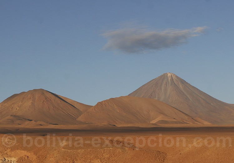 Volcan montagne de pierres ciel bleu