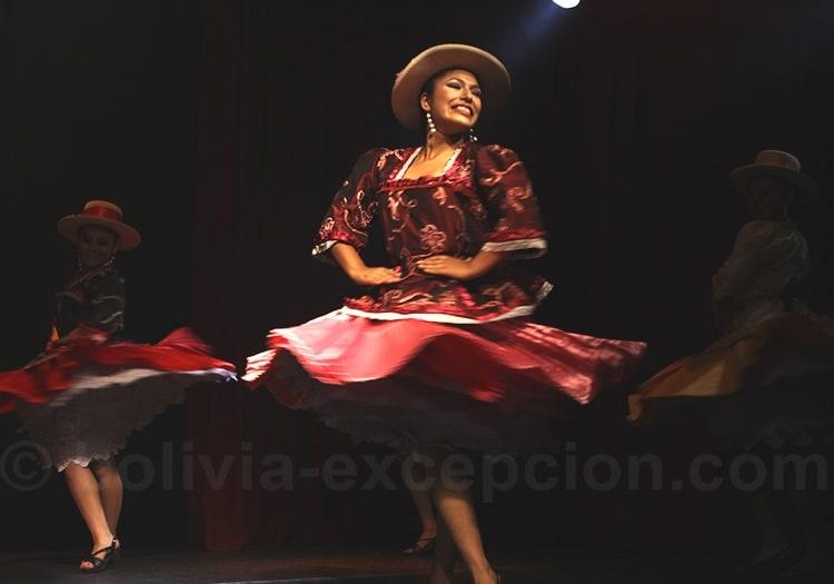 Danseuse bolivienne robe rouge