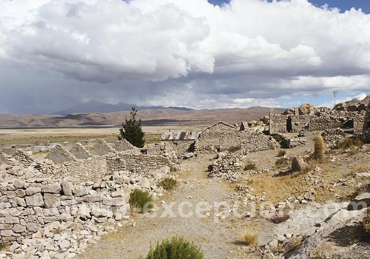 Ruines et ciel nuageux