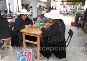 Traditionnelle soupe de cacahuète au marché Tarata