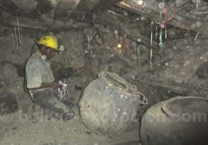 Travail d'extraction au fond de la mine de Potosi