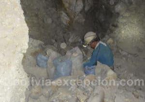 Extraction de roches dans la mine de Potosi
