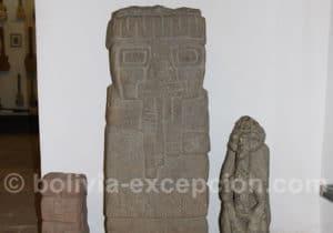 Monolythe jouant de la flûte polycalames andines, culture Tiwanaku