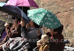 Admiratrices du monument à la Vierge d'Oruro