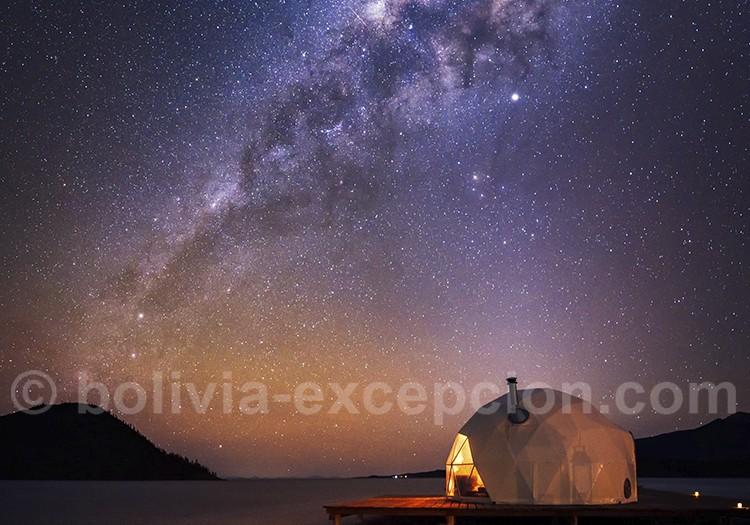 Nuit sous les étoiles sur le Salar d'Uyuni