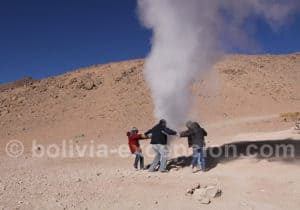 Danse à la Pachamama autour d'un des geysers Sol de Mañana